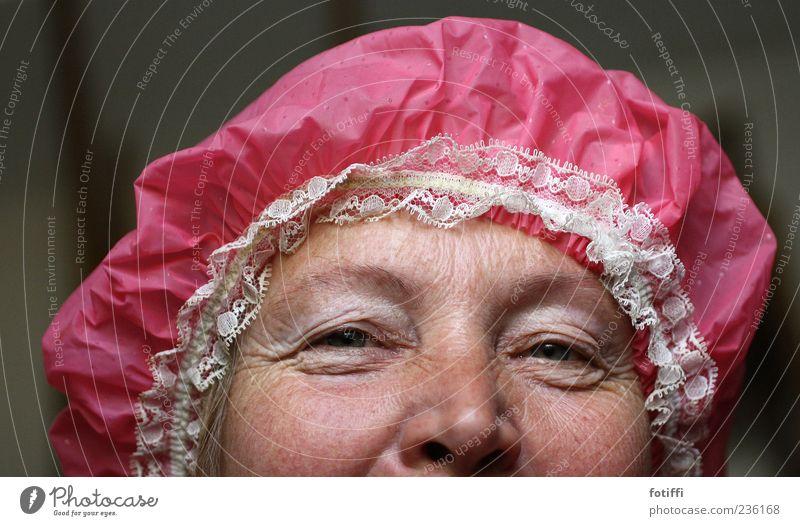 spitz(buben)häubchen Mensch Frau Erwachsene Haut Auge Nase 1 45-60 Jahre authentisch Lebensfreude Warmherzigkeit Senior Duschhaube rosa lachen Verschmitzt