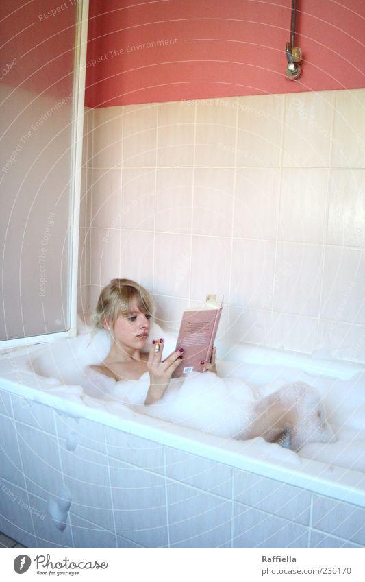 Zuhause IV Jugendliche Hand schön ruhig Erholung Erwachsene Zufriedenheit blond rosa Wohnung Buch liegen Schwimmen & Baden Häusliches Leben Bad Rauchen