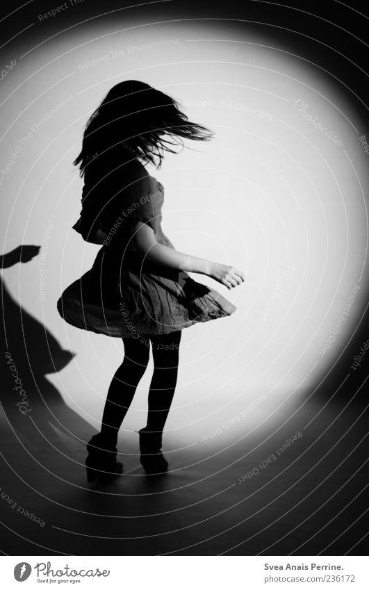 tanz noch mal. feminin Junge Frau Jugendliche 1 Mensch Mode Rock Kleid drehen Tanzen schön Schwarzweißfoto Studioaufnahme Kunstlicht Licht Ganzkörperaufnahme