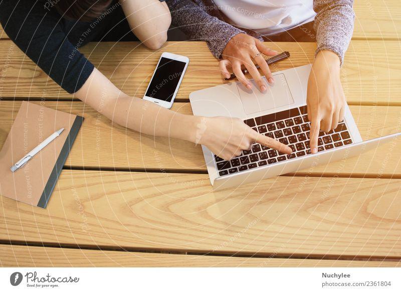 Frau Hand Erwachsene Lifestyle Holz Business Zusammensein Freundschaft Büro modern Technik & Technologie Erfolg Tisch Computer fahren Internet