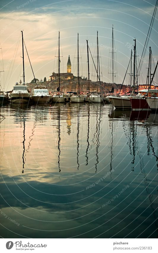 Istra II Wasser schön Meer ruhig Küste Kirche Hafen Schönes Wetter Dorf Schifffahrt Anlegestelle exotisch Fernweh Mast Wasseroberfläche Kroatien