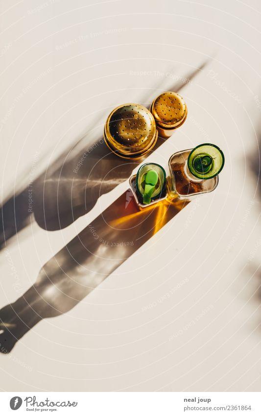 Menage für vier Lebensmittel Kräuter & Gewürze Öl Essig und Öl Pfefferstreuer Salzstreuer Ernährung Sommer Essen genießen würzen Tisch Restaurant Farbfoto