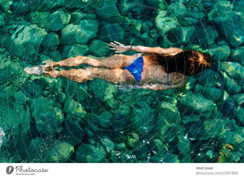 Kaltes klares Wasser Kind Mensch Ferien & Urlaub & Reisen Sommer Meer Mädchen Gesundheit kalt feminin Glück Schwimmen & Baden See Zufriedenheit träumen Kindheit