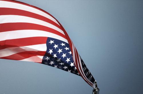 Sternschnuppe Fahnenmast blau rot weiß Patriotismus USA Amerika Stars and Stripes Streifen Himmel wehen flattern Schwung Freiheit Nationalflagge Weltmacht Macht