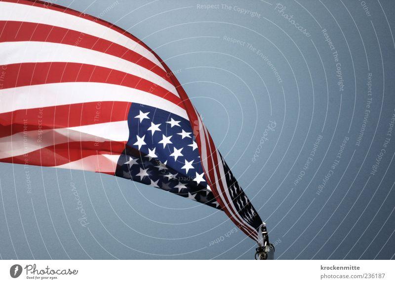 Sternschnuppe Himmel blau weiß rot Freiheit Streifen Macht USA Fahne Amerika Stars and Stripes wehen Fahnenmast Schwung flattern Patriotismus