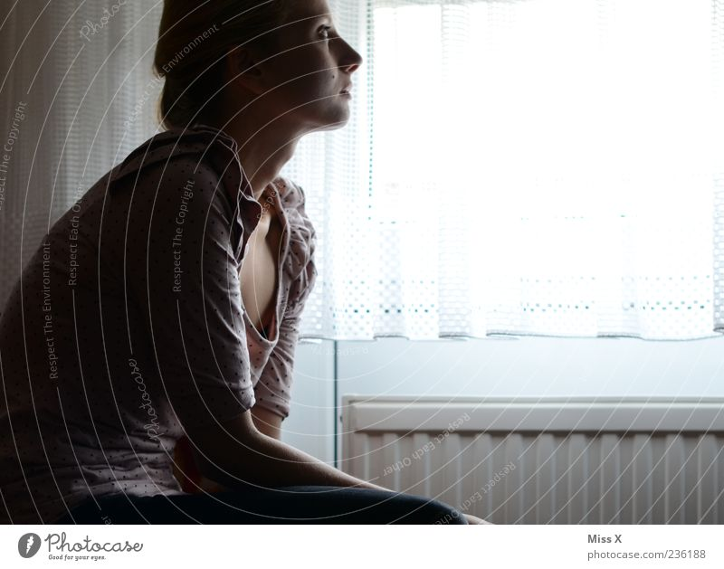 . Raum Mensch feminin Frau Erwachsene 1 18-30 Jahre Jugendliche Fenster sitzen träumen Traurigkeit warten dunkel Sorge Trauer Liebeskummer Müdigkeit Unlust