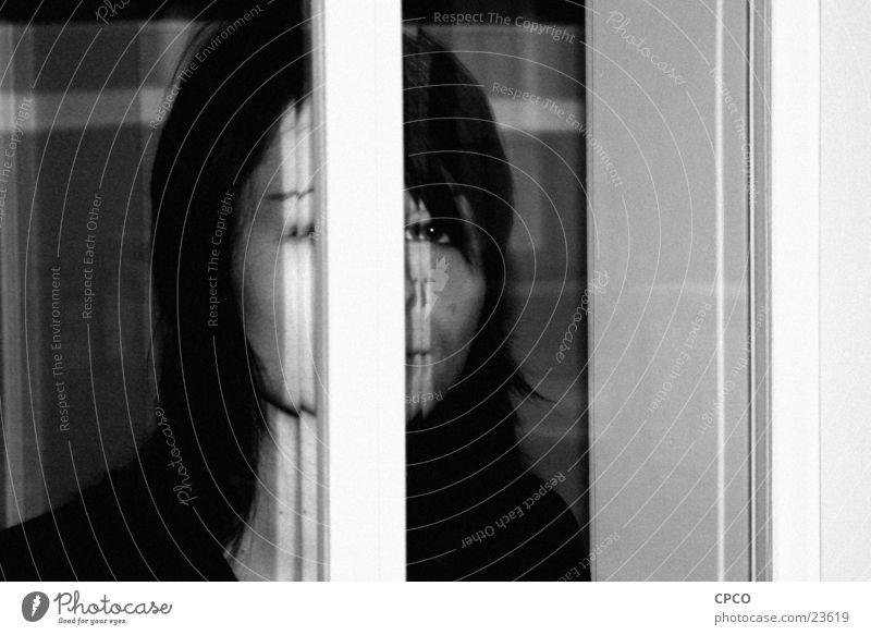 Mädchen hinterm Fenster Frau Porträt Fensterscheibe Schwarzweißfoto
