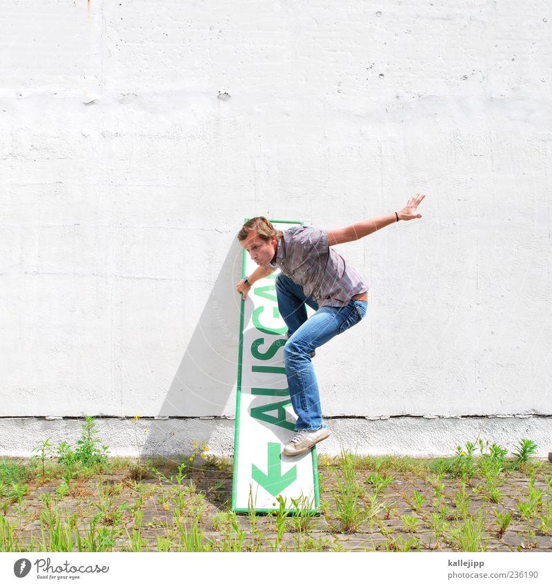 notrutsche Mensch Mann grün Erwachsene Wand Bewegung Mauer blond Fassade Schilder & Markierungen maskulin Schriftzeichen einzigartig Ende Zeichen Pfeil
