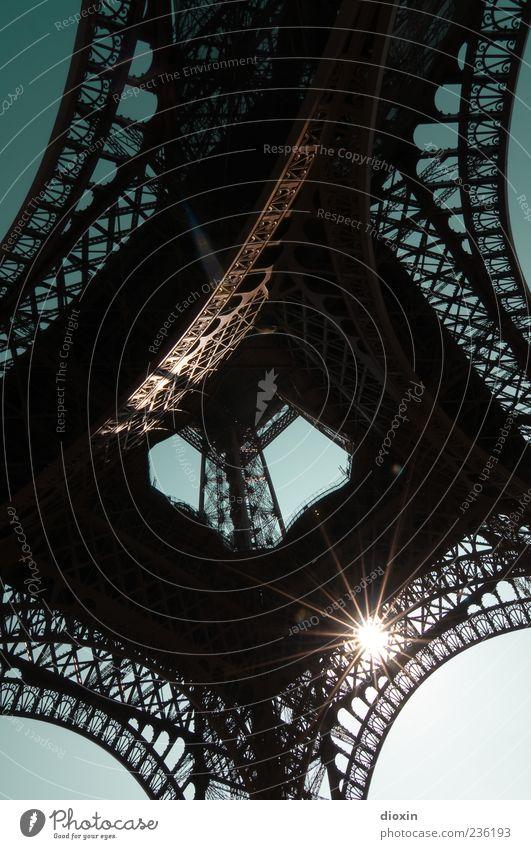 Rayons de soleil Himmel Architektur hoch leuchten Europa Turm Schönes Wetter Bauwerk Paris Wahrzeichen Frankreich Hauptstadt Sehenswürdigkeit Wolkenloser Himmel Blauer Himmel Fernsehturm