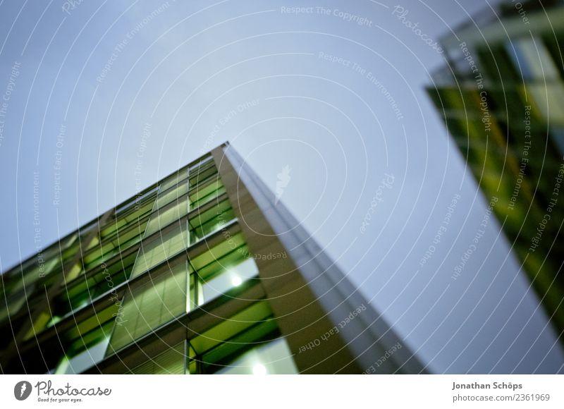 Froschperspektive auf Bürogebäude in der Dämmerung Himmel blau Stadt grün Fenster Architektur Beleuchtung Gebäude Business Fassade modern Hochhaus Glas hoch