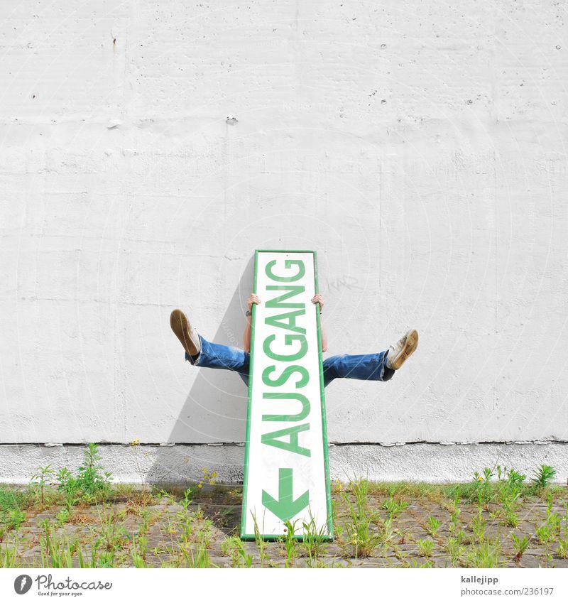 aushang Mensch maskulin Mann Erwachsene Leben Beine Fuß 1 Zeichen Schriftzeichen Pfeil festhalten Ausgang Orientierung Richtung Farbfoto mehrfarbig