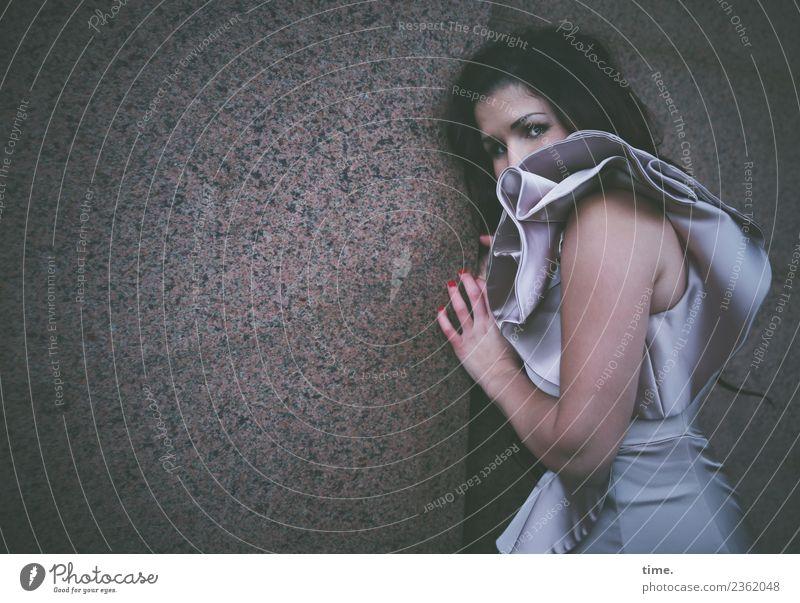 Nina feminin Frau Erwachsene 1 Mensch Mauer Wand Kleid brünett langhaarig beobachten berühren festhalten Blick dunkel schön Sicherheit Schutz Wachsamkeit