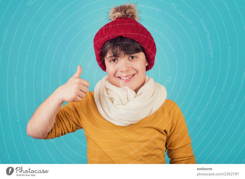 lächelnder Junge mit Schal und Hut im Winter Lifestyle Freude Ferien & Urlaub & Reisen Schnee Winterurlaub Mensch maskulin Kind Kleinkind Kindheit 1 8-13 Jahre