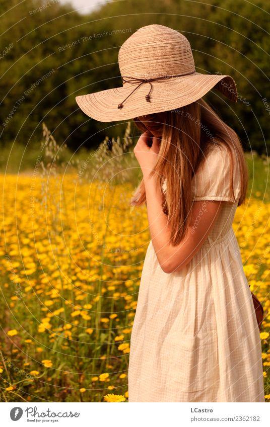 Junge Frau, die auf ein Feld von Margeriten herabblickt. Lifestyle Freude ruhig Freizeit & Hobby Ferien & Urlaub & Reisen Sommer Mensch feminin Jugendliche 1