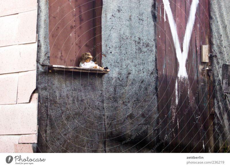 Puppe Einsamkeit Haus Spielen Gebäude Traurigkeit Wohnung Fassade Freizeit & Hobby warten Dekoration & Verzierung Trauer Sehnsucht verfallen Spielzeug Kreuz