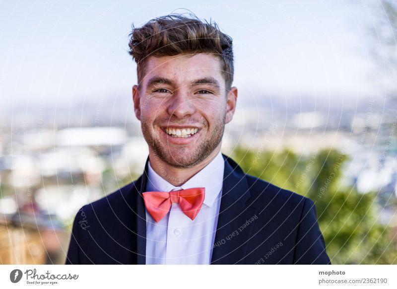 Junger Mann im Anzug mit Fliege Mensch Jugendliche schön 18-30 Jahre Erwachsene Leben Lifestyle Stil lachen Glück Business Haare & Frisuren Mode maskulin