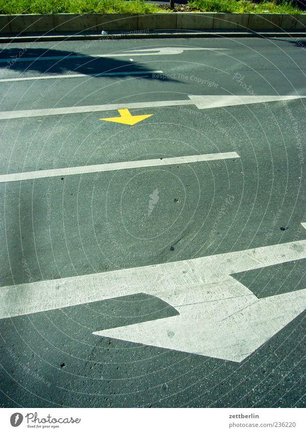 Mehrere Pfeile Verkehr Verkehrswege Straßenverkehr Wege & Pfade Verkehrszeichen Verkehrsschild Spuren Markierungslinie Fahrbahnmarkierung abbiegen Richtung