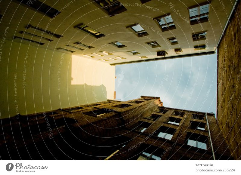 Zehdenicker Straße Häusliches Leben Haus Stadt Hauptstadt Stadtzentrum Stadtrand Altstadt Bauwerk Gebäude Architektur Mauer Wand Fassade Fenster alt Perspektive