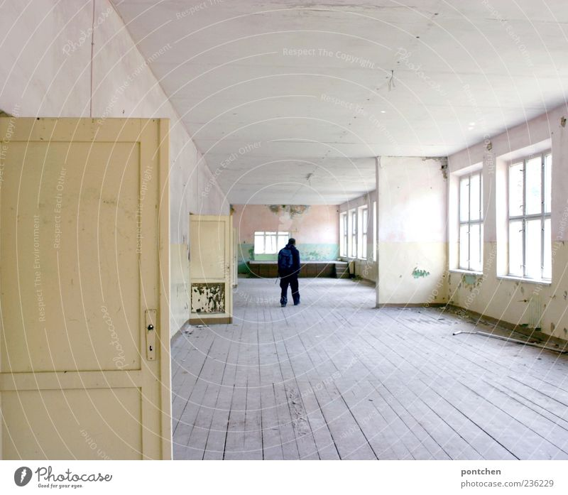 großzügige Altbauwohnung zu vermieten Mensch Mann alt Haus Fenster Holz Gebäude hell Raum Tür dreckig groß maskulin kaputt Bauwerk verfallen
