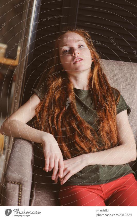 junge schöne rothaarige Hipsterfrau Lifestyle Stil Erholung Frau Erwachsene Jugendliche Mode Stiefel Holz Metall dunkel modern weich grau Fürsorge Ingwer