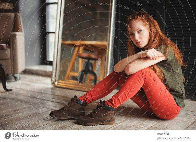 Innenporträt der schönen jungen rothaarigen Frau Lifestyle Stil Erholung Erwachsene Jugendliche Mode Stiefel Holz Metall dunkel modern weich grau Fürsorge