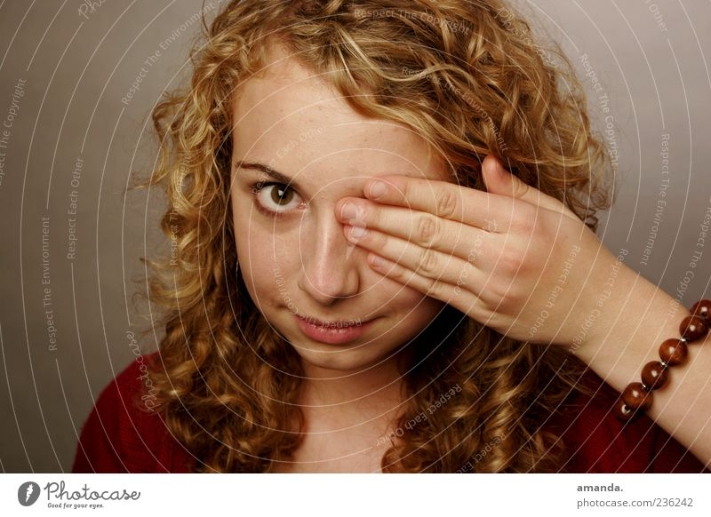 Einäugig Mensch Frau Jugendliche ruhig Erwachsene Auge feminin blond natürlich 18-30 Jahre einzigartig niedlich berühren Konzentration Locken positiv