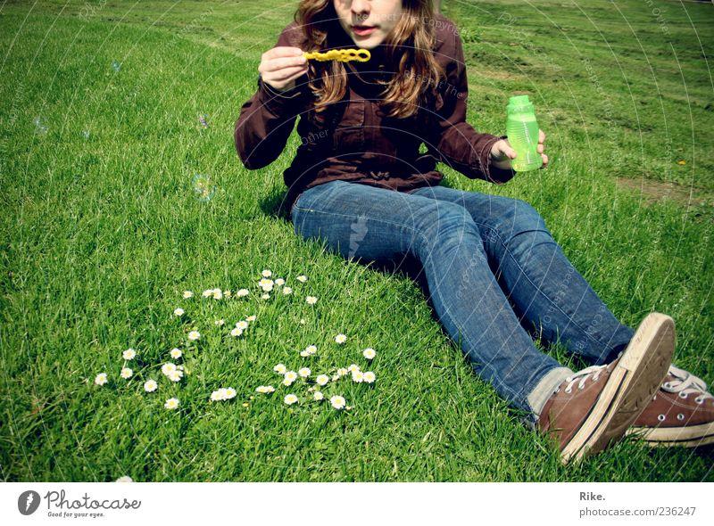 Loslassen. Freizeit & Hobby Spielen Kinderspiel Seifenblase Sommer feminin Junge Frau Jugendliche 1 Mensch 18-30 Jahre Erwachsene Natur Blume Gras Gänseblümchen