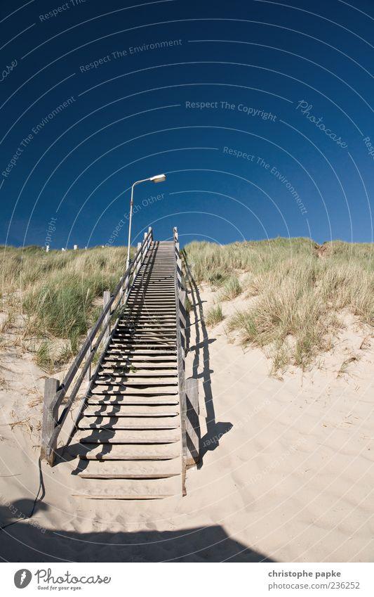 Stairway to heaven Ferien & Urlaub & Reisen Sommer Strand Holz Küste Sand Beleuchtung Treppe Beginn Tourismus Schönes Wetter Stranddüne aufsteigen Wolkenloser Himmel Dünengras himmelwärts