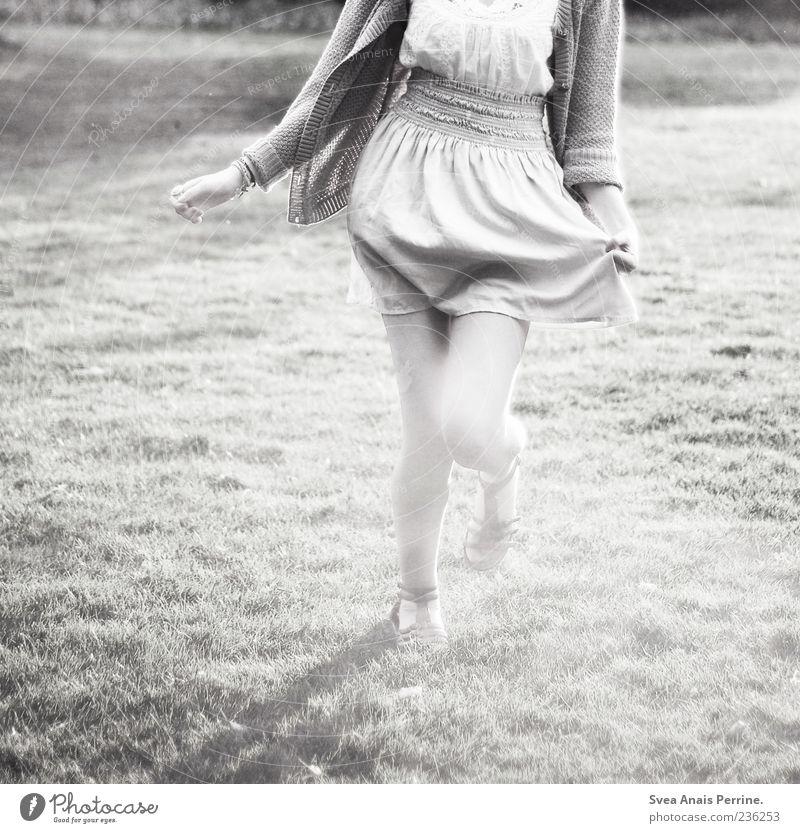 Das Grau unserer Zeit. elegant feminin Junge Frau Jugendliche 1 Mensch 18-30 Jahre Erwachsene Wiese Mode Rock Kleid Bewegung laufen rennen Tanzen