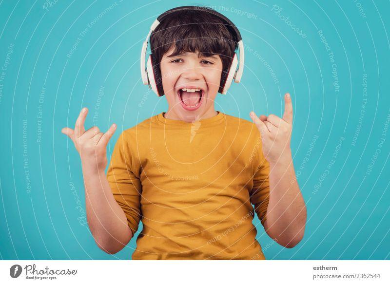Junge mit Kopfhörer, der einen Rock Seufzer zeigt. Lifestyle Freude Party Veranstaltung Feste & Feiern Headset Mensch maskulin Kind Kleinkind Kindheit 1