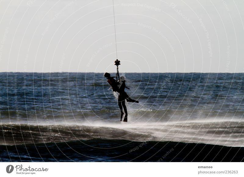 in letzter Sekunde Meer Mensch 2 Wasser fliegen blau Tapferkeit Mut Tatkraft Rettung Seil wasserrettung Unfall Farbfoto Außenaufnahme Detailaufnahme