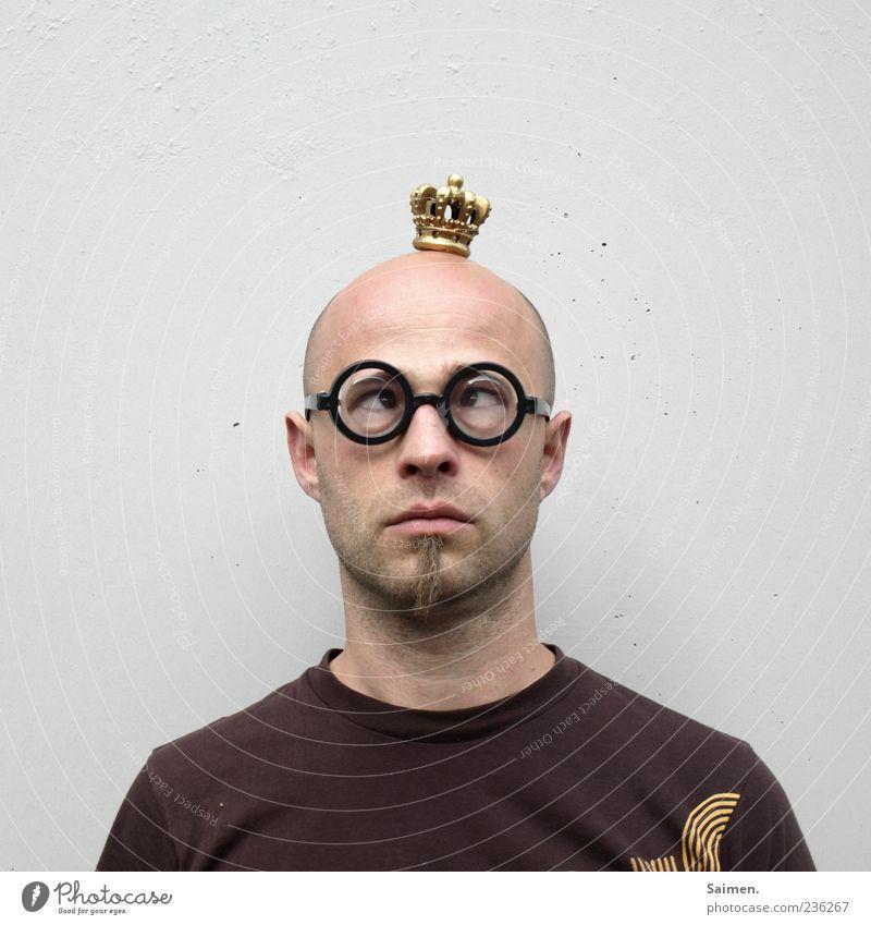 Märchen vom Nerdkönig Mensch Mann Erwachsene Kopf lustig maskulin außergewöhnlich Macht Brille skurril Glatze Freak Humor Grimasse König nerdig