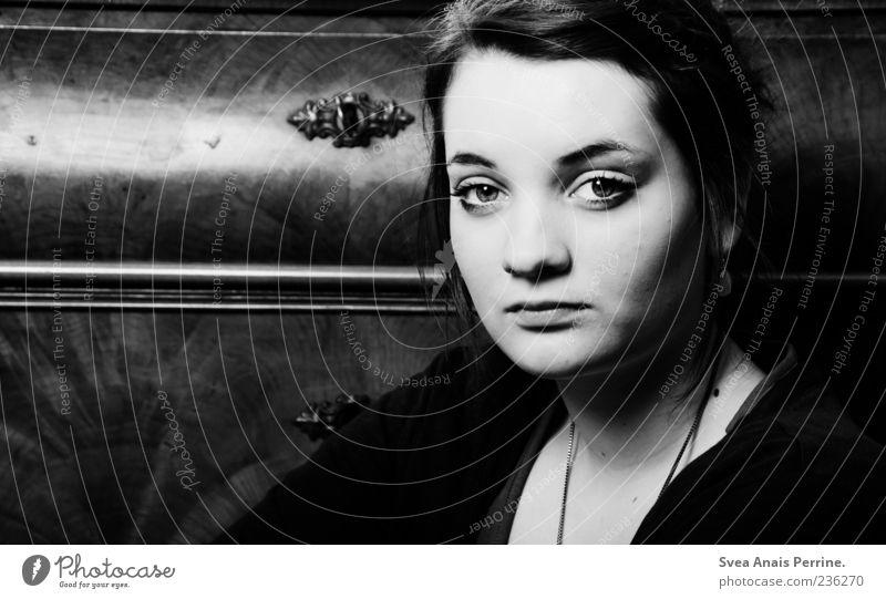 die ganze welt. feminin Junge Frau Jugendliche Kopf Haare & Frisuren Gesicht Auge 1 Mensch 18-30 Jahre Erwachsene Ohrringe Schwarzweißfoto Innenaufnahme