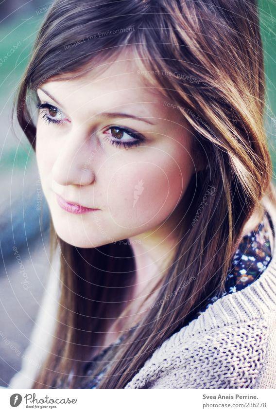 leichtes lied. Mensch Jugendliche Erwachsene feminin Haare & Frisuren natürlich Junge Frau 18-30 Jahre nachdenklich brünett langhaarig Frauengesicht geschminkt Strickjacke dunkelhaarig Frauenaugen