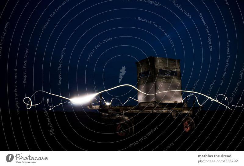 SCHIEßSTAND weiß dunkel hell Beleuchtung außergewöhnlich Streifen einzigartig Fahrzeug Verkehrsmittel Anhänger Nachtaufnahme Leuchtspur Lichtstreifen