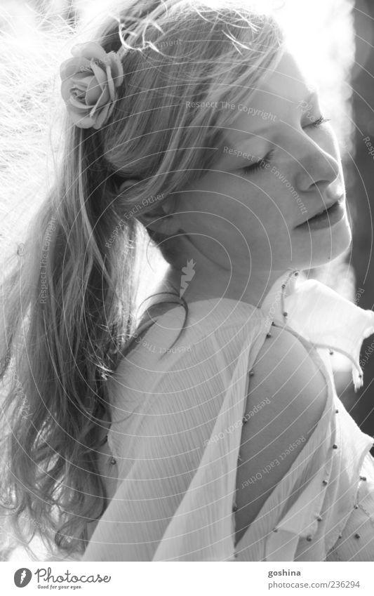 Dream on... feminin Junge Frau Jugendliche 1 Mensch 18-30 Jahre Erwachsene Kleid Accessoire langhaarig Zopf drehen träumen ästhetisch elegant schön natürlich