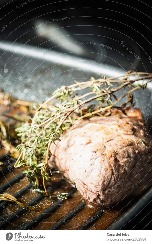 Ein Stück Fleisch frisch aus dem Ofen mit einem Zweig Thymian Lebensmittel Kräuter & Gewürze Ernährung Mittagessen Abendessen Festessen Bioprodukte Slowfood