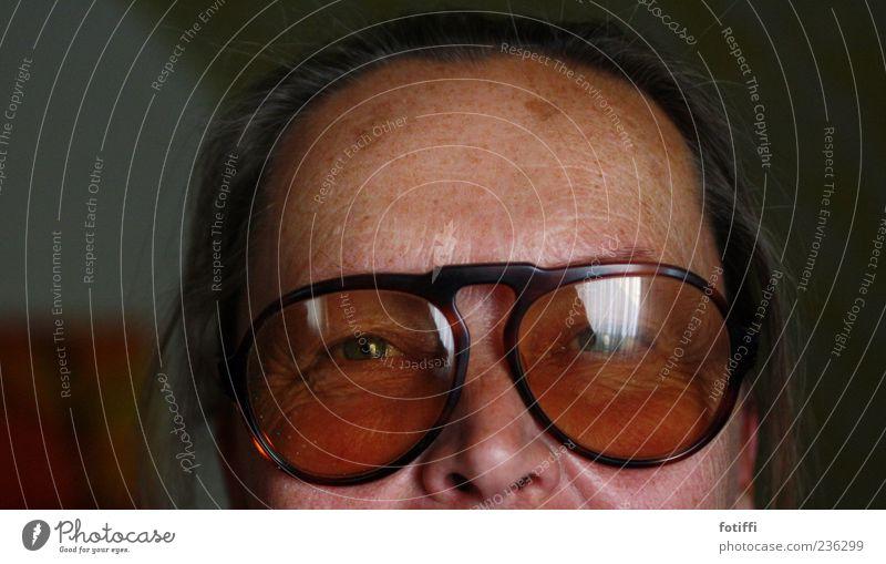 fly (me away) Mensch Erwachsene Haut Auge Nase 1 45-60 Jahre authentisch Senior Brille Reflexion & Spiegelung Blick Farbfoto Innenaufnahme Nahaufnahme
