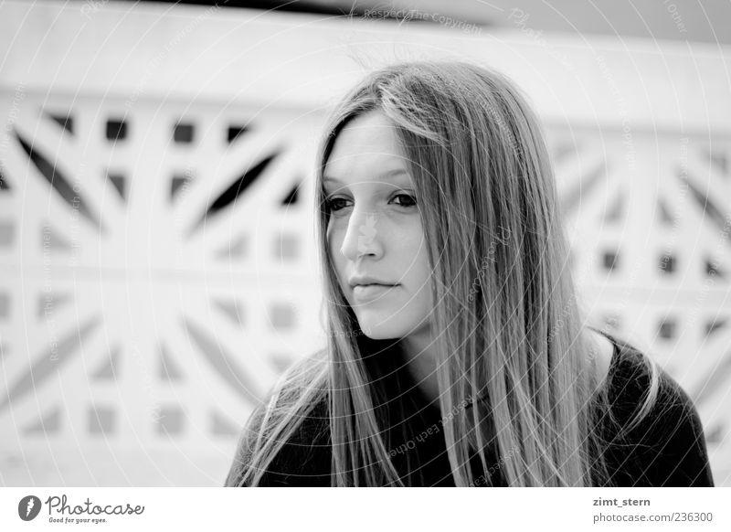 Gedanken im Wind feminin Junge Frau Jugendliche 1 Mensch langhaarig träumen schön Einsamkeit Schwarzweißfoto Textfreiraum links Tag Wegsehen Blick