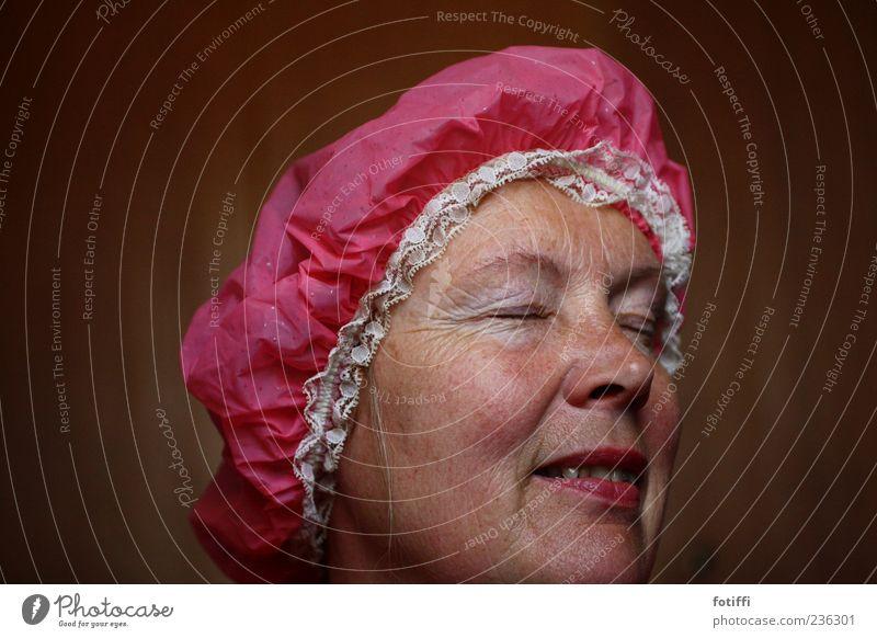 spitz(buben)häubchen II Mensch Erwachsene Haut Gesicht Auge Nase Mund 1 45-60 Jahre Duschhaube rosa Spitze Farbfoto Innenaufnahme Nahaufnahme
