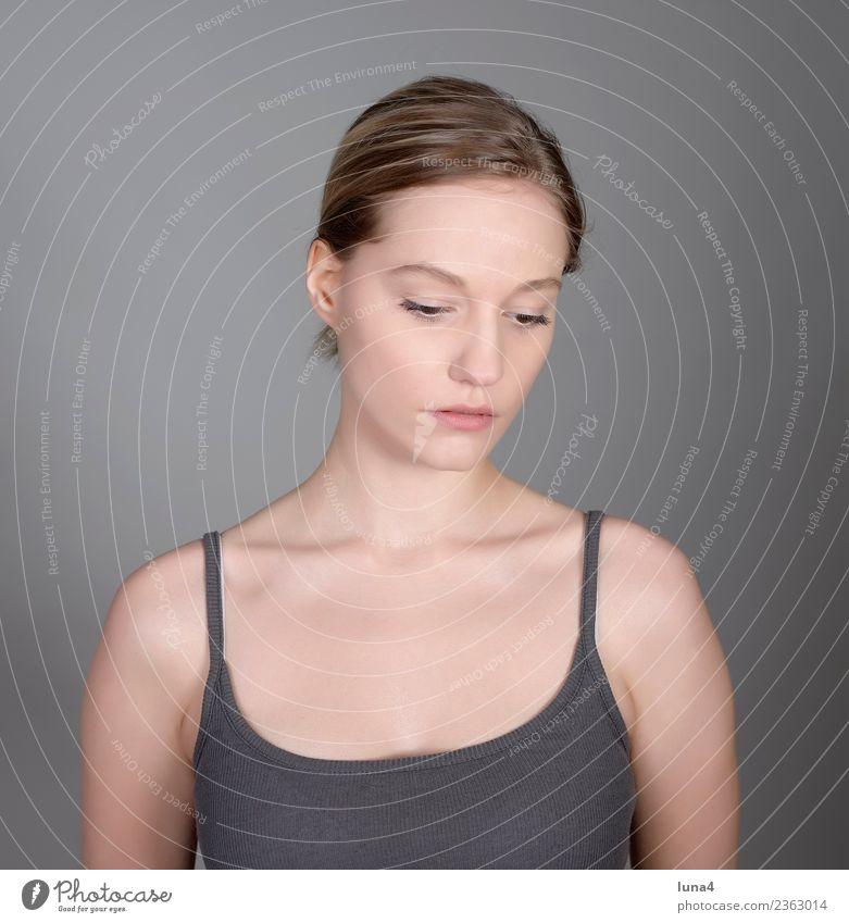 nachdenkliche junge Frau Glück schön Gesicht Zufriedenheit Erholung Student Junge Frau Jugendliche Erwachsene blond Denken Traurigkeit Gefühle selbstbewußt