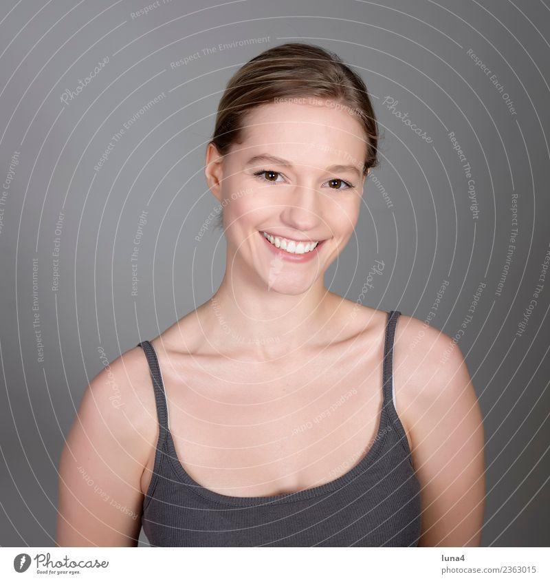 glückliche junge Frau Freude Glück schön Gesicht Zufriedenheit Erholung Erfolg Student Junge Frau Jugendliche Erwachsene blond lachen Fröhlichkeit positiv