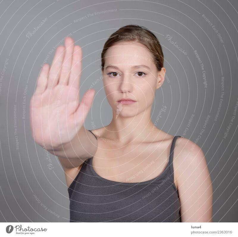 junge Frau zeigt Stopp schön Junge Frau Jugendliche Erwachsene Hand blond Konflikt & Streit selbstbewußt Schutz Frustration Gewalt protestieren Handfläche Halt