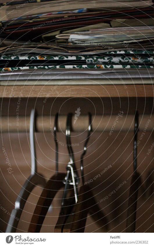 (nicht meine) erinnerungen Kleiderbügel Schrank Holz Stapel aufbewahren Papier leer ohne Innenaufnahme Menschenleer Dämmerung außergewöhnlich hängend
