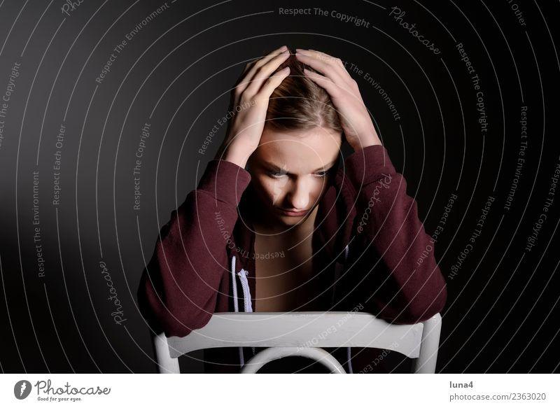 nachdenkliche junge Frau schön Junge Frau Jugendliche Erwachsene blond Denken Traurigkeit Gefühle Sorge Liebeskummer Schmerz Enttäuschung Einsamkeit Erschöpfung