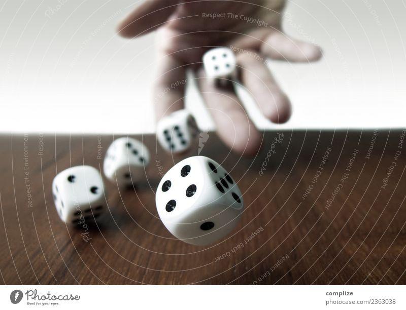 Rollende Würfel Hand Glück Business Spielen Erfolg Zeichen Geld Wunsch werfen Missgeschick Verlierer Glücksspiel Wette Würfelspiel Glücksspieler