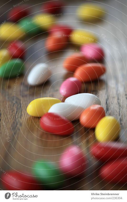 Die halten sich ... Lebensmittel Süßwaren Osterei süß Farbstoff Ernährung Ostern liegen viele Farbfoto mehrfarbig Innenaufnahme Menschenleer Tag