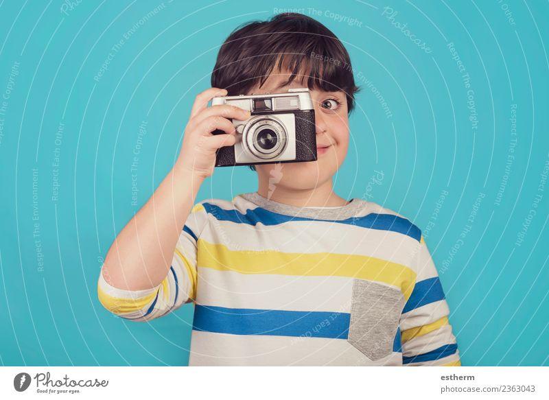 lächelnder Junge mit Fotokamera Lifestyle Freude Ferien & Urlaub & Reisen Tourismus Ausflug Abenteuer Freiheit Mensch maskulin Kind Kleinkind Kindheit 1