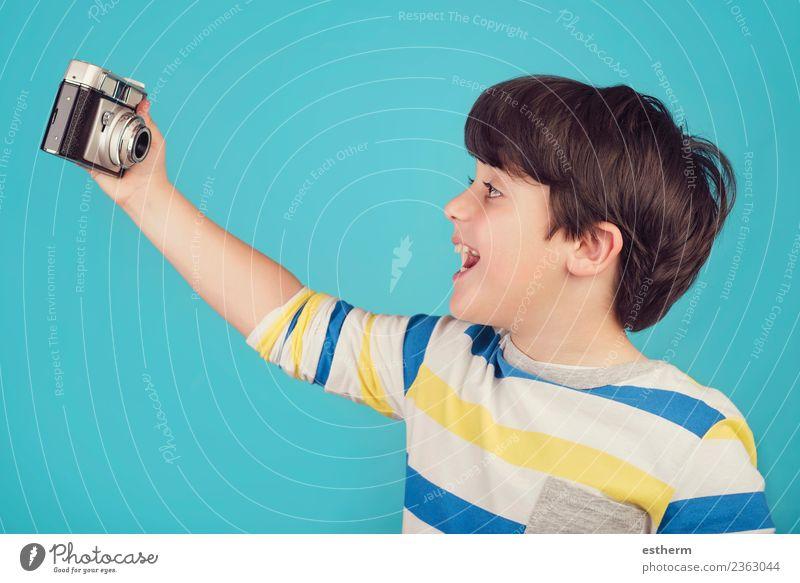 Lächelndes Kind macht Selbstfotografie Lifestyle Freude Ferien & Urlaub & Reisen Tourismus Abenteuer Sightseeing Fotokamera Mensch maskulin Junge Kindheit 1