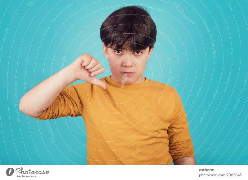 trauriger Junge auf blauem Hintergrund Lifestyle Mensch maskulin Kind Kindheit 1 8-13 Jahre sprechen Fitness Traurigkeit trist Gefühle Einsamkeit schuldig